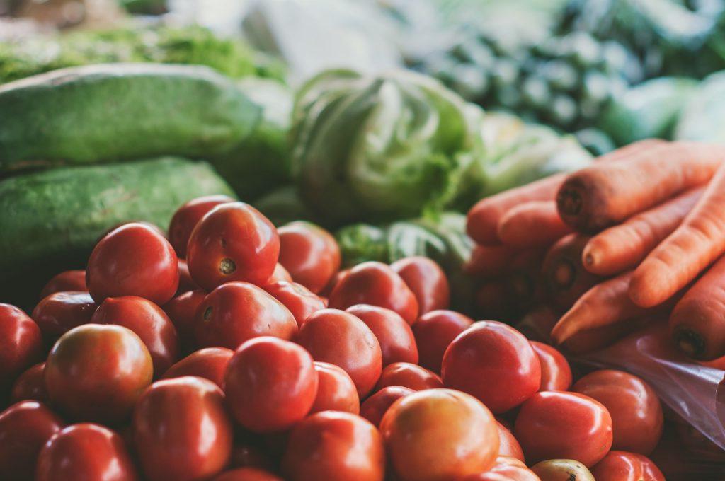 Färska grönsaker, tomater, morötter, gurkor, sallad